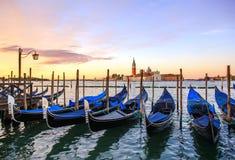 Gondeln in buntem Venedig Italien lizenzfreie stockbilder