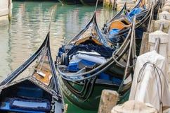 Gondeln, die auf Sie in Venedig warten Lizenzfreies Stockbild