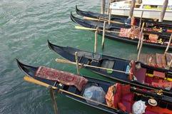 Gondeln, die Touristen in Venedig warten Stockbilder