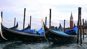 Gondeln festgemacht am Dock in Venedig Italien stock video footage