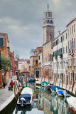 Gondeln festgemacht entlang Wasserkanal in Venedig Stockfotografie
