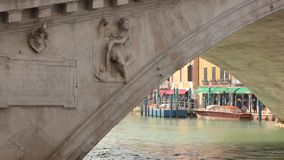 Gondeln festgemacht zur gedrängten Straße in Venedig stock footage