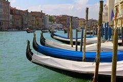 Gondeln geparkt entlang dem großartigen Kanal in Venedig Lizenzfreie Stockbilder