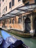 Gondeln geparkt am Kanal in Venedig stockbild