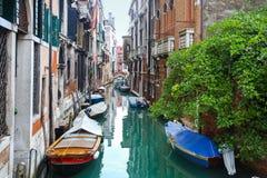 Gondeln geparkt vor Gebäuden im Wasserkanal Stockfotografie