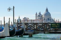 Gondeln halten in Venedig instand Lizenzfreie Stockbilder