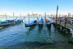 Gondeln an ihren Liegeplätzen am Abend in Venedig, Italien Stockfoto