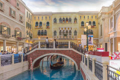 Gondeln im Innenkanal an venetianischem Macao-Kasino Stockbild