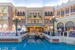 Gondeln im Innenkanal an venetianischem Macao-Kasino Stockbilder