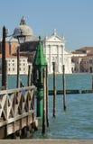 Gondeln machten durch St- Markquadrat mit schönem Laternenpfahl und Kirche Sans Giorgio di Maggiore im Hintergrund fest Venedig,  Lizenzfreie Stockfotos