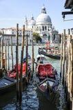Gondeln mit Heiliger Maria der Gesundheit, Sommerzeit, Venedig Italien Lizenzfreies Stockfoto