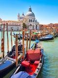 Gondeln mit Santa Maria della Gruß in Venedig Lizenzfreie Stockfotografie