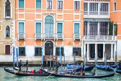 Gondeln mit Touristen in Venedig Lizenzfreie Stockfotos