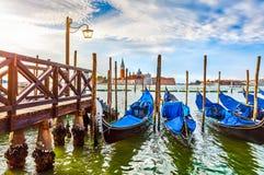 Gondeln nähern sich Dock in Venedig Italien Stockbilder