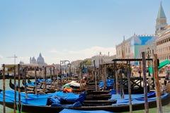 Gondeln nähern sich Marktplatz San Marco in Venedig Stockbild