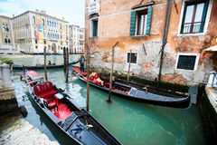 Gondeln nahe bei Universitäten Ponte-engen Tals in Venedig Stockfotos