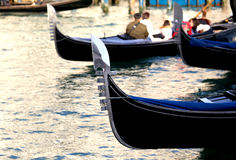 Gondeln segeln das adriatische Meer nahe St Mark Quadrat in Venic Stockbild
