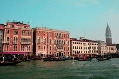 Gondeln und Gebäude in Venedig, Italien Stockfoto