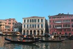 Gondeln und Gebäude in Venedig, Italien Lizenzfreie Stockfotos