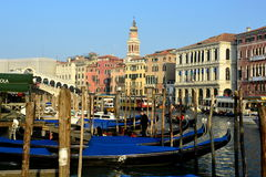 Gondeln und Gebäude in Venedig, Italien Stockbild
