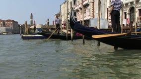 Gondeln und Männer auf dem Wasser POV von der Gondel stock video