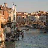 Gondeln unter Ponte-dell'Accademia in Venedig Lizenzfreie Stockbilder