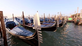 Gondeln in Venedig stock footage