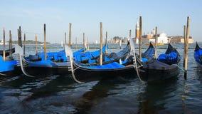 Gondeln in Venedig stock video