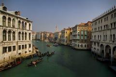 Gondeln in Venedig auf großartigem Kanal Lizenzfreie Stockfotos