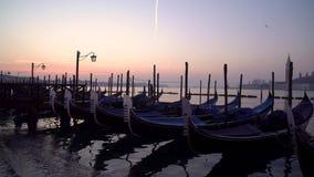 Gondeln in Venedig im Moning Auf Hintergrund San Giorgio Maggiore ist Insel sichtbar stock video footage