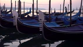 Gondeln in Venedig im Moning Auf Hintergrund San Giorgio Maggiore ist Insel sichtbar stock footage