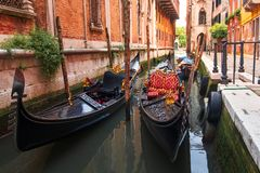Gondeln in Venezia entlang alten Häusern im schmalen Kanal Ansicht Glockenturm am San-Marco vom Kai, Riva degli Schiavoni Venetia stockfoto