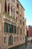 Gondelreis: kanaal, paleizen, boten en oude baksteenhuizen in Venetië, Italië, Europa stock foto's