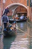 Gondelreis in Venetië Italië Stock Foto's