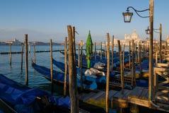 Gondels bij een pijler in Venetië, Italië Stock Foto's
