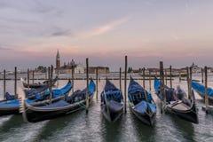 Gondels bij zonsondergang met San Giorgio Maggiore Island op de achtergrond, Venetië, Italië stock foto's