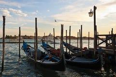 Gondels bij zonsondergang in Venetië Royalty-vrije Stock Foto's