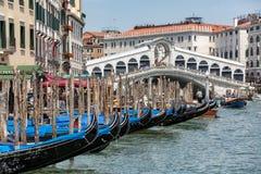 Gondels dichtbij aan de Rialto-brug op Grote kanaalstraat in Venezia stock fotografie