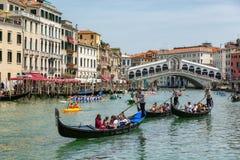 Gondels dichtbij aan de Rialto-brug op Grote kanaalstraat in Venezia stock foto