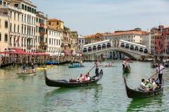 Gondels dichtbij aan de Rialto-brug op Grote kanaalstraat in Venezia royalty-vrije stock foto's