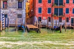 Gondels dichtbij een typische smalle straat van Venetië, Italië worden vastgelegd dat royalty-vrije stock fotografie