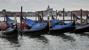 Gondels dichtbij Grand Canal -kust worden geparkeerd die Venetië, Italië stock videobeelden