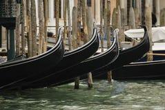 Gondels die in een typisch Venetiaans kanaal worden vastgelegd - Venetië stock foto