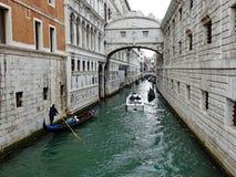 Gondels die onder de Brug van Sighs overgaan, Venetië, Italië stock foto's