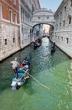 Gondels die trog Venetiaanse lagune overgaan Stock Afbeelding