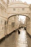 Gondels door de kanalen van Venetië, sepia toon Royalty-vrije Stock Afbeelding