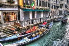 Gondels door de treden in Venetië royalty-vrije stock afbeeldingen