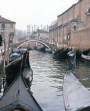 Gondels en boten in een stil kanaal in Venetië royalty-vrije stock afbeeldingen