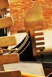 Gondels in gele tinten, Venetië, Italië stock afbeeldingen