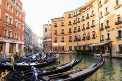Gondels in gondelpost in Orseolo-Bassin, Venetië, Italië stock afbeeldingen